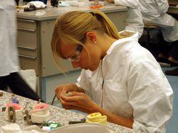Im Labor wird der U-Bügel-Aktivator angefertigt